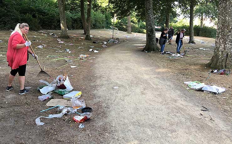 Masser af festival-affald ryddes af vejen