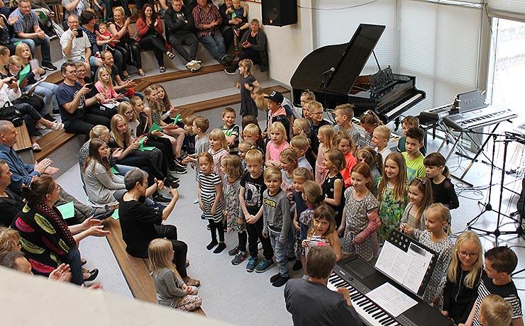 Friskole hylder foråret med musik og sang