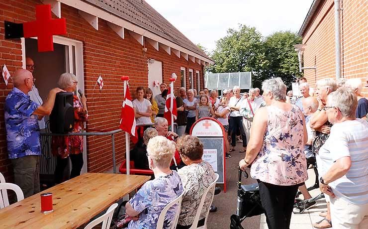 Åbning af Røde Kors butik blev et tilløbsstykke